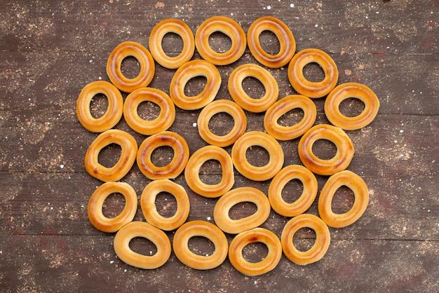 茶色のクッキービスケットドリンクの朝食で乾燥したトップビュー甘い丸いクラッカー