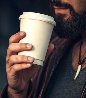 一杯のコーヒーを持つ男