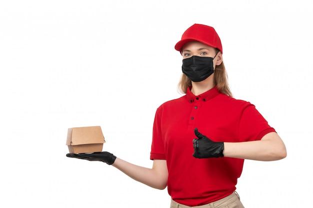 赤いシャツの赤い帽子の黒い手袋と白のフードパッケージを保持している黒いマスクの正面女性宅配便
