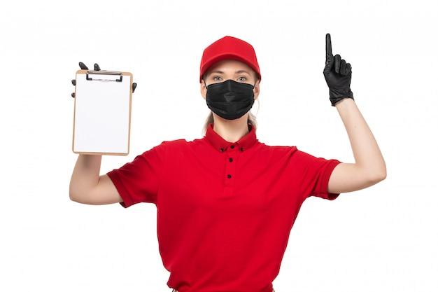 赤いシャツの赤い帽子の黒い手袋と白の上げられた指でメモ帳を保持している黒いマスクの正面女性宅配便