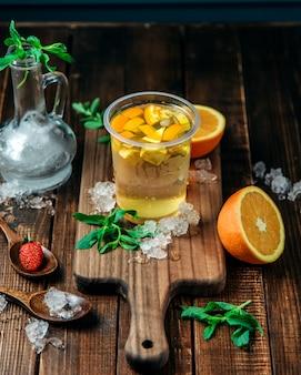 Освежающий напиток с кусочками лимона