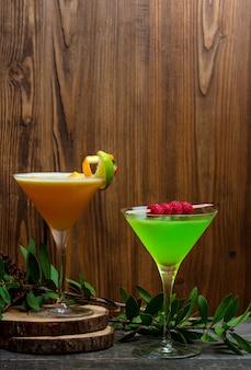 Тропические безалкогольные напитки с ломтиком лимона