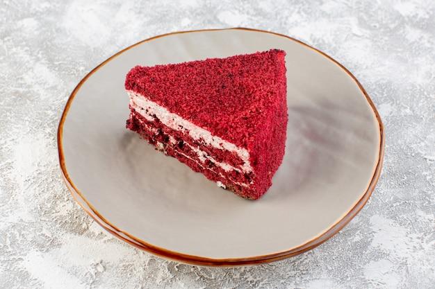フロントクローズビュー赤ケーキスライスフルーツケーキプレート内