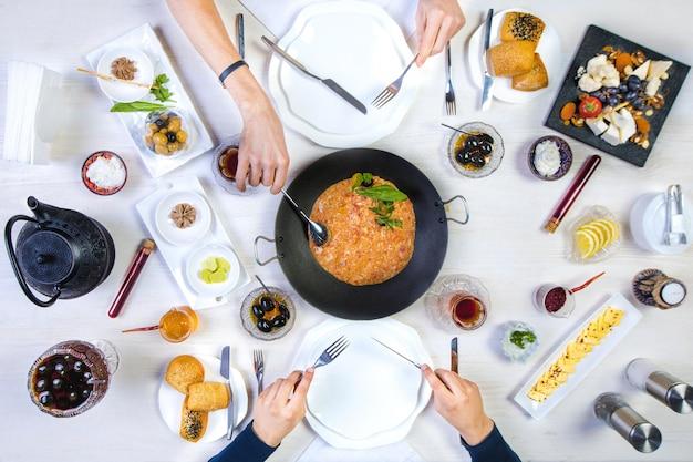 アゼルバイジャンの朝食を持っている男女のトップビュー