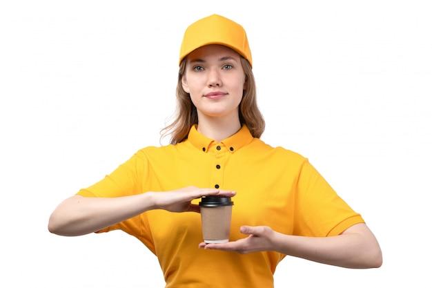 白のコーヒーとカップを保持している食品配達サービスの正面図若い女性宅配便女性労働者