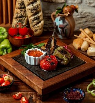 Запеченный баклажан с помидорами и перцем с соусом