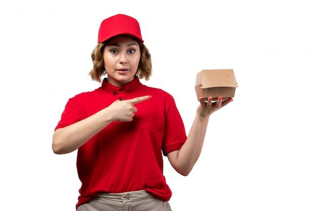 Вид спереди молодой женщины курьер работница службы доставки еды, холдинг пакет продуктов питания на белом