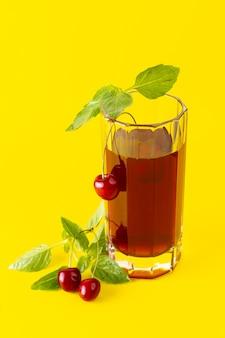 Вид спереди вишневого сока внутри длинного стекла на желтой поверхности