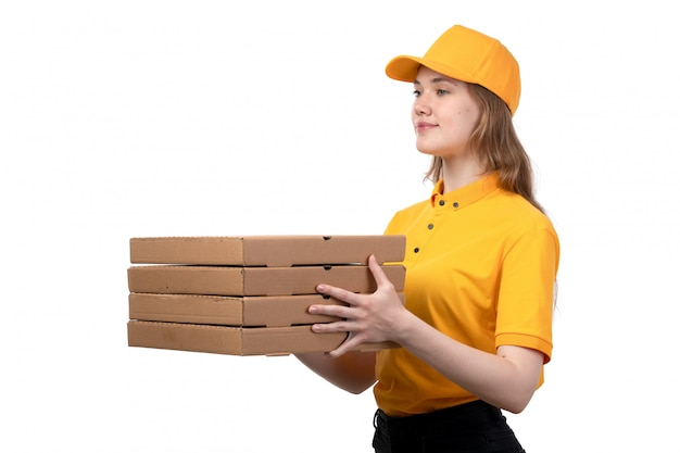Вид спереди молодой женщины курьер работница службы доставки еды, улыбаясь и доставки коробки с едой на белом