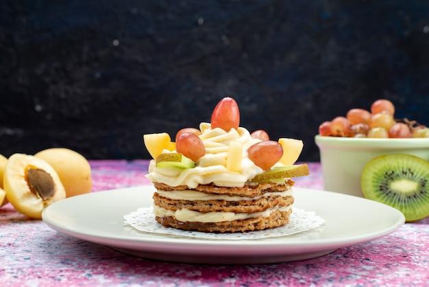 Вид спереди кремовый торт со свежими нарезанными фруктами на темной поверхности