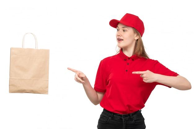 白の投げられた食品配達パッケージを浮かべて食品配達サービスの正面の若い女性宅配便女性労働者