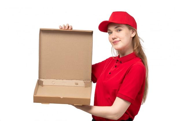 白の食品と空の箱を持って笑顔のフードデリバリーサービスの正面の若い女性宅配便女性労働者