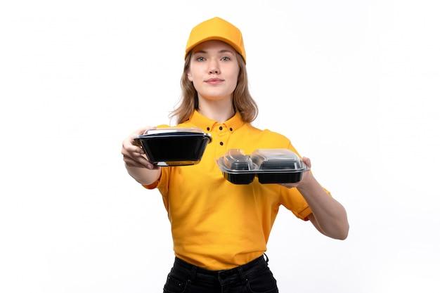 白の食品と持株ボウルを笑顔のフードデリバリーサービスの正面の若い女性宅配便女性労働者