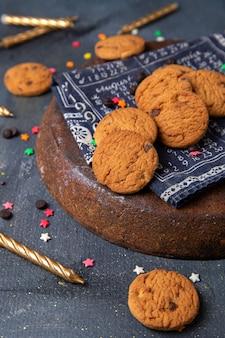 Вид спереди вкусные шоколадные печенья со свечами
