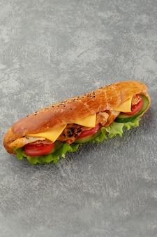 チーズとパンのチキンサンドイッチ