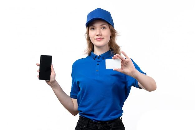 白いカードと白のスマートフォンを保持笑みを浮かべて食品配達サービスの正面図若い女性宅配便女性労働者