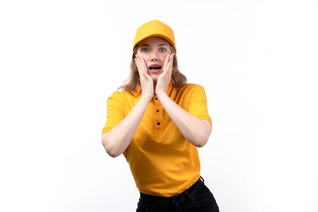 Вид спереди молодой женщины курьер работница службы доставки еды с обеспокоенным выражением на лице на белом