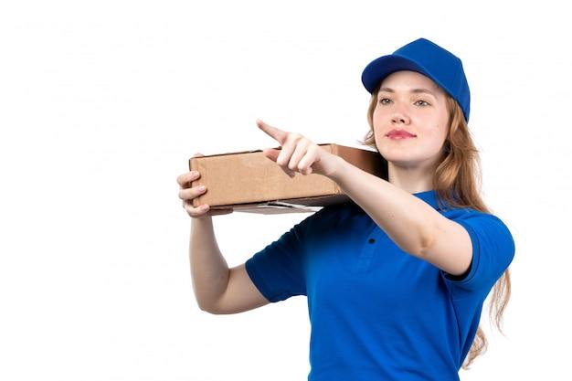 青いシャツの青い帽子と白に笑みを浮かべて宅配ボックスを保持している黒いズボンの正面の若い女性の宅配便