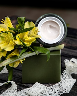 テーブルの上に花とクリーム
