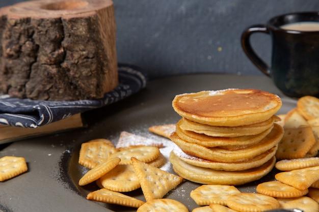 正面のパンケーキとポテトチップス、グレーのミルク