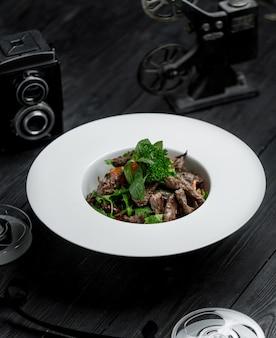 Салат с жареным мясом и красной фасолью
