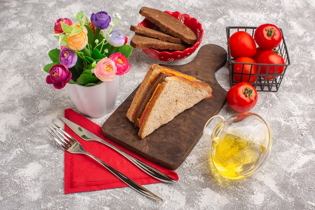 フロントビューオイルトマトと白の花とチーズハムとおいしいトーストサンドイッチ