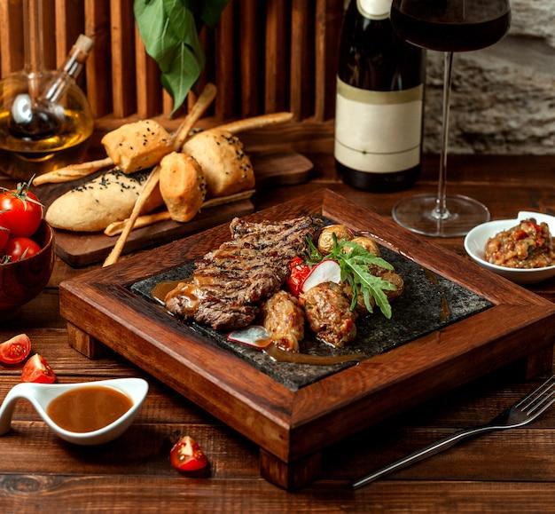 Жареное мясо с хрустящим салатом и салатом-гриль