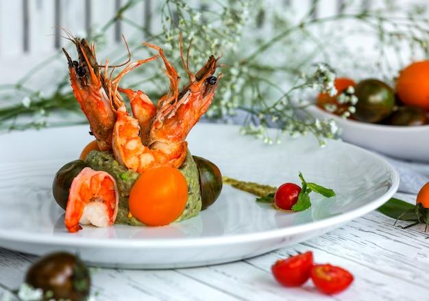 Жареные креветки с зеленым соусом на столе