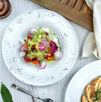 大根のスライスで飾られたギリシャ風サラダ