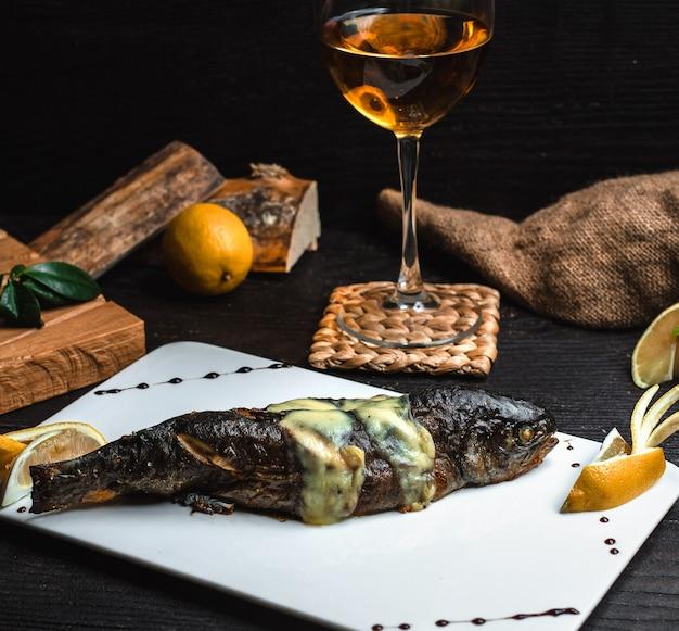 クリームチーズに包まれた魚のグリル