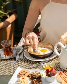 スクランブルエッグとパンと香ばしいお茶