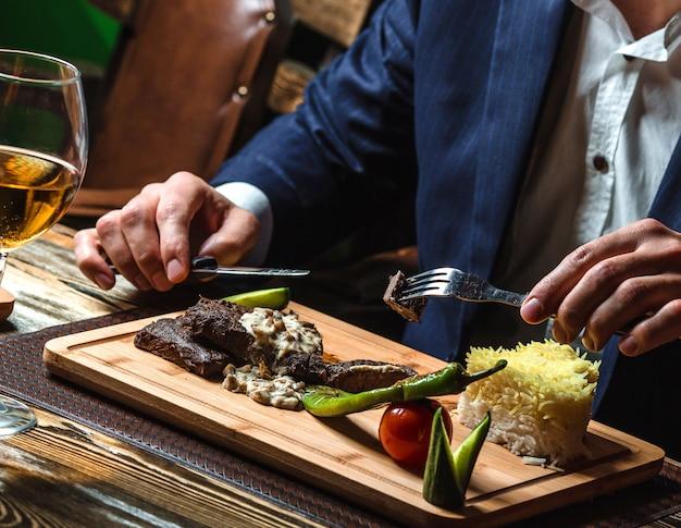 クリーミーマッシュルームソースとライスのステーキ