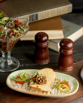 白パンとソースの野菜サラダ
