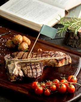 Жареный стейк с печеным картофелем