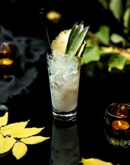 Белый ледяной коктейль с ломтиком ананаса