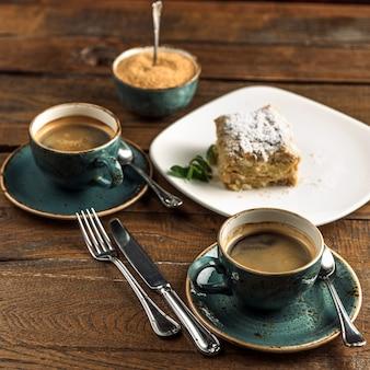 Чашка горячего кофе с десертом