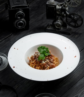 パルメザンチーズと古典的なスパゲッティボロネーゼ
