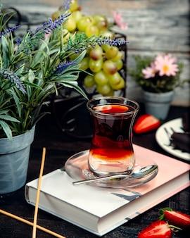 Черный чай в стакане армуду на столе