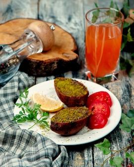 緑とトマトのスライスと揚げた牛肉