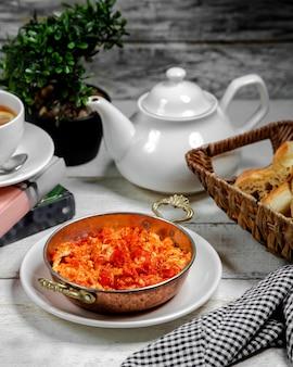 揚げトマトとテーブルの上の卵