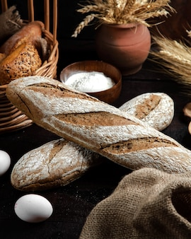 テーブルの上の灰色のパン