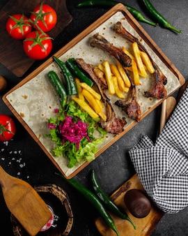 肉ケバブとフライドポテトのトップビュー