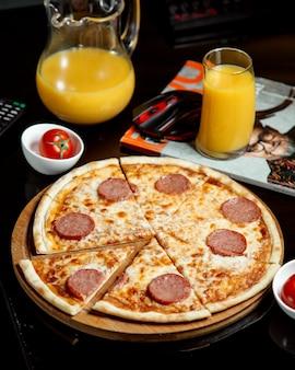 テーブルの上のペパロニピザ