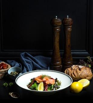 新鮮な野菜のサーモンサラダ