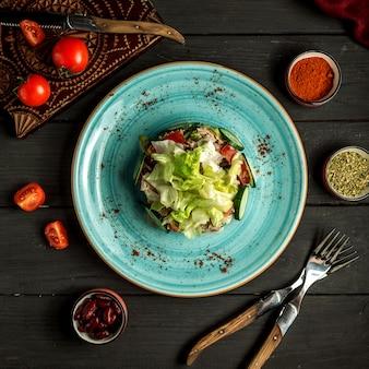テーブルトップビューでマグロのサラダ
