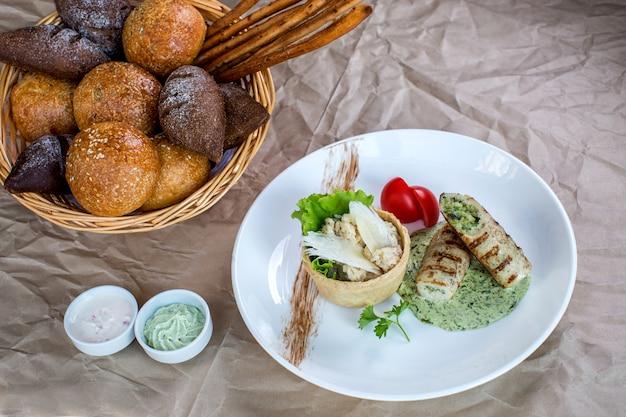 Пальцы куриной грудки с травяным соусом, подаются с рисом и хлебом