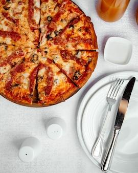 チキンピザ、オリーブ、チーズ、トマトソース