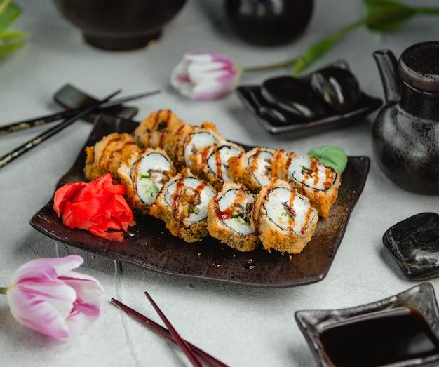 Жареные суши с имбирем и васаби