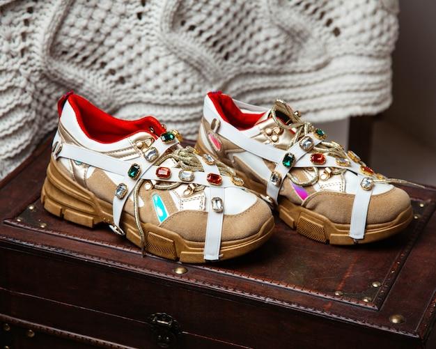 Кремовые женские кроссовки с разноцветными камнями и золотыми деталями