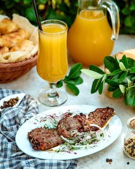 玉ねぎ、ハーブ、ウルシと牛肉のマリネ